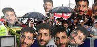 Aficionados con caretas con la cara de Daniel Ricciardo en Australia - SoyMotor.com