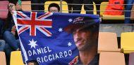 Aficionado con bandera de Daniel Ricciardo en Shanghái - SoyMotor.com