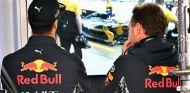 Daniel Ricciardo y Christian Horner en Suzuka - SoyMotor.com