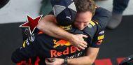 Christian Horner abraza a Daniel Ricciardo en Shanghái - SoyMotor.com
