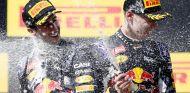 Daniel Ricciardo y Daniil Kvyat bañándose con champán en el podio de Hungría - LaF1