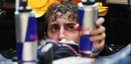 Daniel Ricciardo en Yas Marina con dos latas de Red Bull - SoyMotor.com