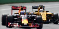 Ricciardo y Magnussen durante el GP de Australia 2016 - SoyMotor