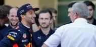 Daniel Ricciardo y Helmut Marko en Yas Marina - SoyMotor.com