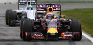 Daniel Ricciardo por delante de Felipe Massa en Canadá - LaF1