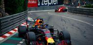 Daniel Ricciardo, por delante de Sebastian Vettel en Mónaco - SoyMotor.com