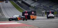 Ricciardo y Verstappen se ven las caras en una carrera con ¡caravanas! - SoyMotor.com