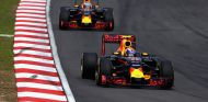 Max Verstappen y Daniel Ricciardo durante la carrera en Malasia - LaF1