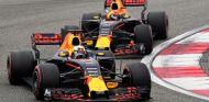 Ricciardo y Verstappen en la curva 2 de China - SoyMotor