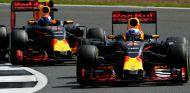 Ricciardo y Verstappen durante una carrera esta temporada - LaF1