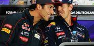 Daniel Ricciardo y Sebastian Vettel durante una conferencia de prensa - LaF1