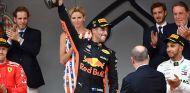 Daniel Ricciardo blande el trofeo de vencedor en el podio de Mónaco - SoyMotor