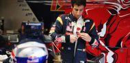 Daniel Ricciardo, preparándose para subirse a su STR8