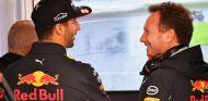 Daniel Ricciardo (izq.) junto a Christian Horner (der.) - SoyMotor.com