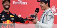 Daniel Ricciardo (izq.) junto a Lance Stroll (der.) en el podio de Bakú –SoyMotor.com