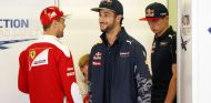Daniel Ricciardo (centro), con Sebastian Vettel (izq.) y Max Verstappen (der.) – SoyMotor.com