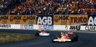 James Hunt por delante de Ronnie Peterson en el GP de Suecia de 1976 - SoyMotor