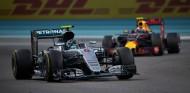 Rosberg y Verstappen en Abu Dabi 2016 - SoyMotor.com