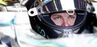 Nico Rosberg subido en su Mercedes - LaF1.es