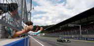 Nico Rosberg cruza la línea de meta del Gran Premio de Austria - LaF1