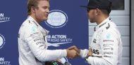 Nico Rosberg y Lewis Hamilton saludándose tras la clasificación de Austria - LaF1