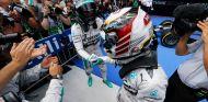 Lewis Hamilton felicita a Nico Rosberg tras el GP de Austria - LaF1