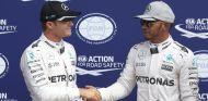 Rosberg y Hamilton después de una sesión de clasificación esta temporada - LaF1