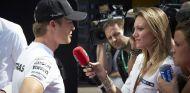 Nico Rosberg atendiendo a la prensa - LaF1