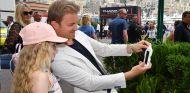 Nico Rosberg y una aficionada en Mónaco - SoyMotor.com