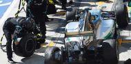 Rosberg entra en boxes tras su pinchazo - LaF1