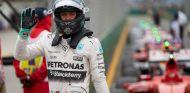 Rosberg saluda al público tras perder la lucha por la Pole - LaF1