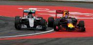 Nico Rosberg y Max Verstappen luchan en el GP de Alemania 2016 - SoyMotor