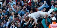 Nico Rosberg celebra la victoria con sus mecánicos - LaF1