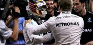 Los pilotos de Mercedes se felicitaron al término de la carrera - LaF1