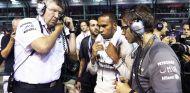 Ross Brawn y Lewis Hamilton en la salida de parrilla del GP de Singapur