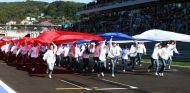 Jóvenes portando la bandera rusa antes del inicio de la carrera en Sochi en 2014 - LaF1.es