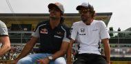 Sainz y Alonso durante el Drivers Parade del GP de Italia - SoyMotor