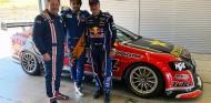 Los Sainz se divierten en Navarra con un V8 Supercar y un Fórmula 5000 - SoyMotor.com