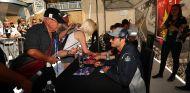 Carlos Sainz firma autógrafos en Canadá - SoyMotor