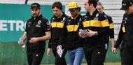 Carlos Sainz y su equipo dan una vuelta al circuito de Shanghái - SoyMotor.com