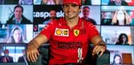 Carlos Sainz en la presentación del equipo Ferrari 2021 - SoyMotor.com