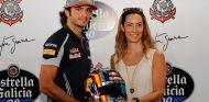 Carlos Sainz hace entrega de su casco a Bianca Senna - LaF1