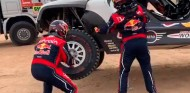Clase magistral de Carlos Sainz: así se cambia una rueda en el Dakar - SoyMotor.com