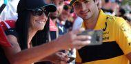 Carlos Sainz atendiendo a los aficionados - SoyMotor.com