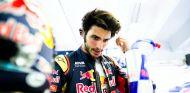 Carlos Sainz en el box de Toro Rosso durante los libres de Hungría - LaF1