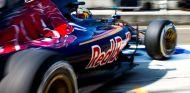 Carlos Sainz saliendo de boxes con el Toro Rosso - LaF1