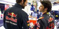 Carlos Sainz hablando con un miembro de Toro Rosso durante los test de Jerez - LaF1