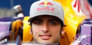 Sainz Jr. sentado en el Red Bull - LaF1.es