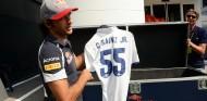 Carlos Sainz con una camiseta del Real Madrid - SoyMotor