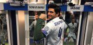 Carlos Sainz visita el vestuario del Real Madrid - SoyMotor